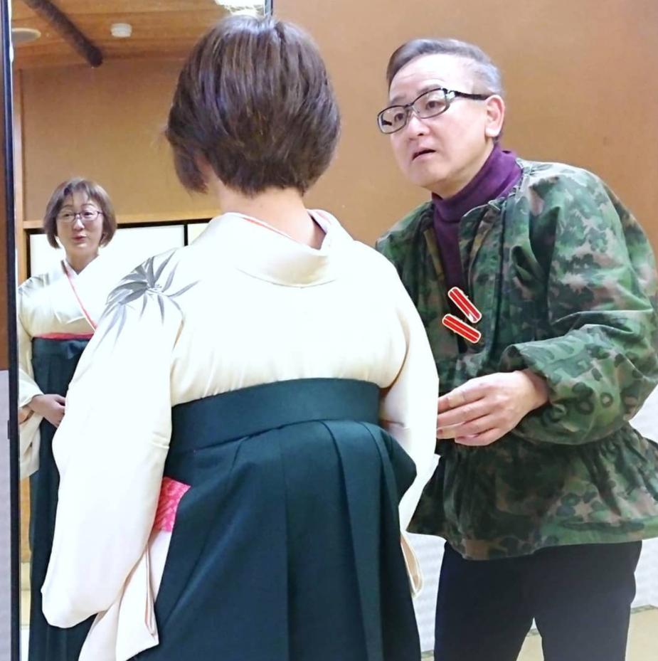 小平治アート卒業式当日の着付けの様子
